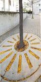 Folhas de outono no sidwalk Imagens de Stock Royalty Free