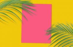 Folhas de palmeira tropicais com papel vazio para seu projeto no amarelo Imagem de Stock