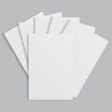 Folhas de papel brancas em um fundo cinzento Fotografia de Stock Royalty Free