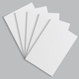 Folhas de papel brancas em um fundo cinzento Foto de Stock