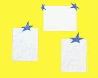 Folhas de papel com estrelas em um fundo do yeloow Fotos de Stock Royalty Free