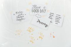 Folhas de papel com frases inspiradores e cópias das palmas Foto de Stock Royalty Free