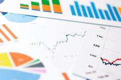 Folhas de papel com gráficos e cartas de negócio imagens de stock royalty free