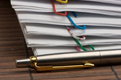 Folhas de papel com grampos e pena Imagem de Stock Royalty Free