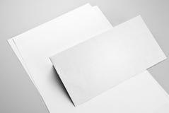 Folhas de papel e o envelope Fotos de Stock