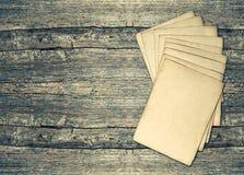 Folhas de papel envelhecidas sobre o fundo de madeira rústico Textura do vintage Imagem de Stock Royalty Free