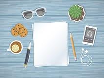 Folhas de papel vazias no desktop Preparação para o trabalho, notas, esboços Vista superior do papel, da pena, do lápis e de outr Foto de Stock