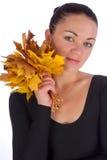 Folhas de plátano da laranja do outono da terra arrendada da menina fotos de stock royalty free