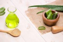 Folhas do óleo essencial e do aloés de vera do aloés em um fundo branco imagens de stock royalty free