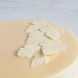 Folhas do chocolate branco branco no bolo Foto de Stock