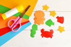 Folhas do papel colorido, das tesouras, da colagem, dos peixes de papel e das criaturas do mar Imagem de Stock Royalty Free