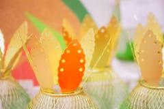 Folhas douradas de abacaxis decorativos, decoração fotografia de stock royalty free