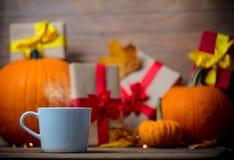 Folhas e abóbora com caixa de presente e chá de Dia das Bruxas Imagem de Stock