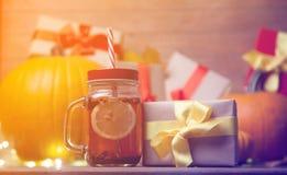 Folhas e abóbora com caixa de presente e chá de Dia das Bruxas Foto de Stock Royalty Free