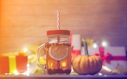 Folhas e abóbora com caixa de presente e chá de Dia das Bruxas Imagens de Stock