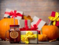 Folhas e abóbora com caixa de presente e chá de Dia das Bruxas Imagens de Stock Royalty Free