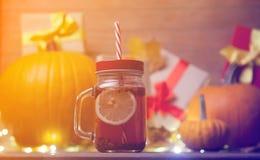 Folhas e abóbora com caixa de presente e chá de Dia das Bruxas Fotografia de Stock