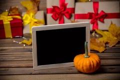 Folhas e abóbora com caixa de presente de Dia das Bruxas Foto de Stock Royalty Free