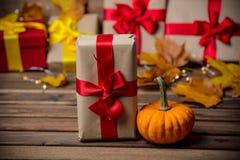 Folhas e abóbora com caixa de presente de Dia das Bruxas Imagens de Stock
