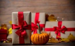 Folhas e abóbora com caixa de presente de Dia das Bruxas Fotografia de Stock Royalty Free
