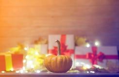 Folhas e abóbora com caixa de presente de Dia das Bruxas Imagens de Stock Royalty Free