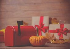 Folhas e abóbora com caixa de presente e postbox de Dia das Bruxas Imagem de Stock
