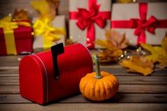 Folhas e abóbora com caixa de presente e postbox de Dia das Bruxas Imagem de Stock Royalty Free