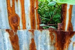 folhas e oxidação de aço galvanizada e corrosão da cerca imagem de stock royalty free