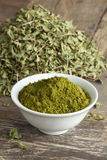 Folhas e pó marroquinos da hena Imagens de Stock