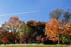 Folhas em mudança coloridas no cemitério nacional de Arlington imagens de stock royalty free