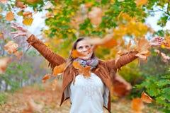 Folhas felizes dos throws da mulher imagens de stock