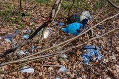 Folhas modernas da civiliza??o atr?s das montanhas e dos mont?es enormes do lixo, que cobre a ecologia das florestas e dos campos fotografia de stock