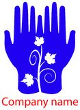 Folhas nas mãos Imagens de Stock Royalty Free