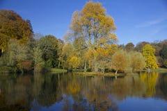 Folhas outonais refletidas no lago Fotografia de Stock Royalty Free