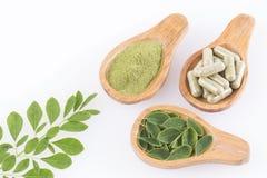 Folhas, pó e cápsulas de moringa - moringa oleifera fotos de stock