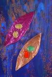 Folhas pintadas reflexivas   Imagem de Stock