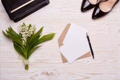 Folhas vazias com envelope e flores Imagens de Stock Royalty Free