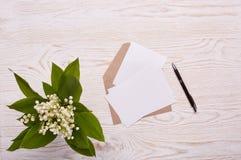 Folhas vazias com envelope e flores Fotos de Stock Royalty Free