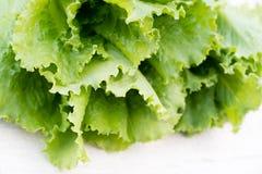 Folhas verdes da alface Folhas da alface no fundo de madeira Alface fresca na mesa de cozinha Alimento biológico saudável Fotos de Stock