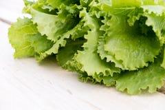 Folhas verdes da alface Folhas da alface no fundo de madeira Alface fresca na mesa de cozinha Alimento biológico saudável Imagem de Stock Royalty Free