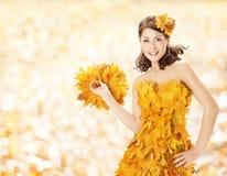 Folhas vestido da mulher do outono, forma do outono Imagens de Stock