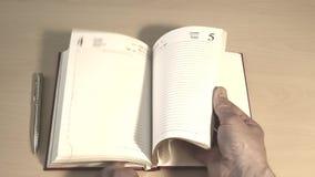 Folheamento através de um livro do negócio video estoque