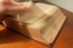 Folheamento através do livro fotografia de stock