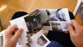 Folheto da leitura do homem superior sobre o feriado futuro do cruzeiro do rio vídeos de arquivo