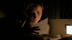 Folheto da leitura da mulher vídeos de arquivo