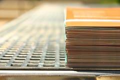 Folhetos encadernados em uma impressora imagens de stock royalty free