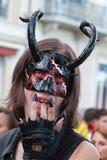 Folião vestida como um diabo imagens de stock