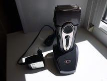 Folienelektrorasierer Verwendet für das Rasieren durch Männer Scharfe Rasiermesser und Verpacken /// stockfotografie