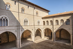 Foligno - domstol av den historiska slotten royaltyfri fotografi