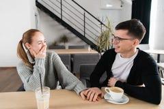 Folk-, överraskning- och datummärkningbegrepp - lyckligt par som dricker te på kafét eller restaurangen royaltyfri bild